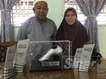 Selemah (kanan) bersama suaminya bersyukur dengan kejayaan Safawi dan berharap anaknya itu akan terus menyinar dalam dunia bola sepak.