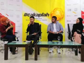 (Dari kiri) Personaliti TV, Nur Affizza Azmi selaku Moderator, para panelis, Naib Pengerusi KRT Pangsapuri 17 Tingkat, Kampong Bharu, Zahin Zakaria (dua kanan), Presiden Kelab Pemuda Kampong Bharu, Ad Adib Saharuddin, dan Pengarah Kreatif Ludic Link Studios, Syarida Syarif (kanan) pada program #cakaplah membincangkan topik Kampung Baru: Apa Yang Anda Mahu? berlangsung di Dewan WUI, Kompleks Kumpulan Karangkraf Shah Alam. - Foto SINAR HARIAN /ASRIL ASWANDI SHUKOR.