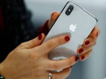 Telefon pintar adalah antara peranti yang terjejas oleh undang-undang baru tersebut. - Foto BBC
