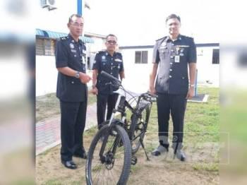 Nor Azmi (kiri) bersama pegawainya menunjukkan barangan dirampas pada sidang akhbar di IPD Sabak Bernam di sini hari ini.