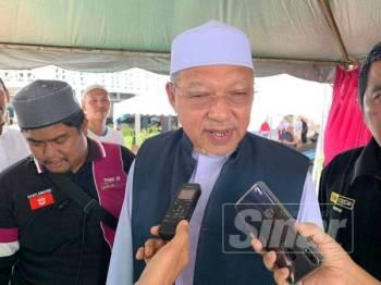 Ahmad ketika menjawab soalan diajukan pemberita selepas kuliah Jumaat di Medan Ilmu di sini hari ini.