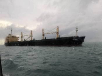 Sebuah kapal jenis 'bulk carrier' yang ditahan pada kedudukan 3.5 nautika Timur Tanjung Penyusop dekat Kota Tinggi semalam. - Foto APMM ZON MARITIM TANJUNG SEDILI