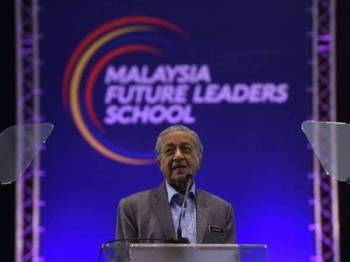 Dr Mahathir ketika menyampaikan ucaptama sempena Konvensyen Alumni Malaysia Future Leaders School (MFLS) di Dewan Canselor Tun Abdul Razak Universiti Kebangsaan Malaysia hari ini. - Foto Bernama
