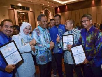 Dr Dzulkefly (tiga dari kiri) beramah mesra bersama penerima Anugerah dan Pengiktirafan kempen Blue Ribbon 2019 malam ini. - Foto Bernama