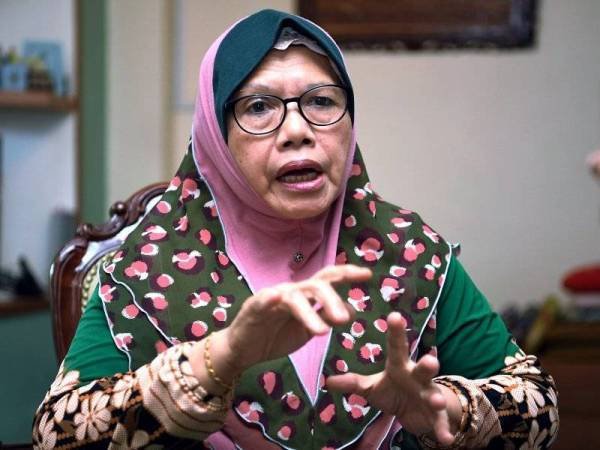 Dr Norimah menceritakan kisahnya yang berjaya menggenggam segulung Ijazah Kedoktoran (PhD) yang tertangguh sejak 35 tahun lalu. - Foto Bernama