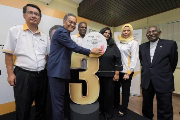 Dzulkefly (dua dari kiri) merasmikan Fasa Tiga Program Kemasyarakatan Saringan Mamogram di Persatuan Kebangsaan Kanser Malaysia (NCSM) hari ini. -Foto Bernama