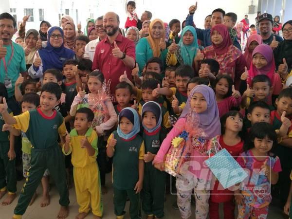 Mukhriz (tengah) bergambar bersama pemenang dan peserta pertandingan mewarna kanak-kanak yang diadakan sempena Karnival Pendidikan, Kerjaya dan Keusahawanan Parlimen Jerlun.