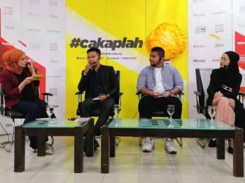 Nur Affizza sedang bertanyakan sesuatu kepada para panelis Zahin (dua dari kiri), Ad Adib dan Syarida Syarif (kanan) pada program #cakaplah Kampong Bharu: Apa yang Anda Mahu? di Dewan WUI, Kompleks Kumpulan Media Karangkraf, Shah Alam. - FOTO ASRIL ASWANDI SHUKOR