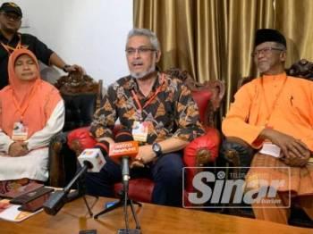 Khalid (tengah) semasa sidang akhbar di sini tadi.