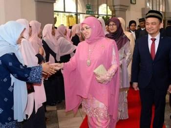 Tunku Azizah berkenan berangkat pada Majlis Konvokesyen UIAM ke-35 hari ini. - Foto Bernama