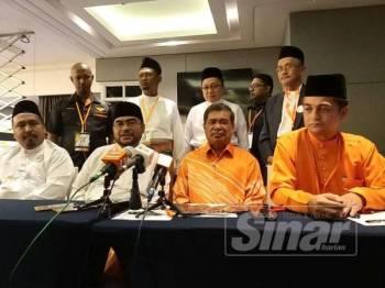 Mujahid (duduk, dua dari kiri) dan Mohamad pada sidang akhbar selepas perasmian Konvensyen Amanah Pulau Pinang ke-4 2019 tadi.
