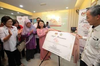 Hannah (tiga dari kiri) merasmikan Anjung Kasih Yayasan Kebajikan Negara (YKN) di Hospital Raja Permaisuri Bainun (HRPB) hari ini.