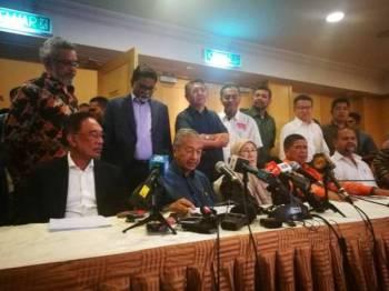 Dr Mahathir (tengah) pada sidang akhbar selepas mempengerusikan Mesyuarat Majlis Presiden PH di Yayasan Kepimpinan Perdana di sini hari ini.