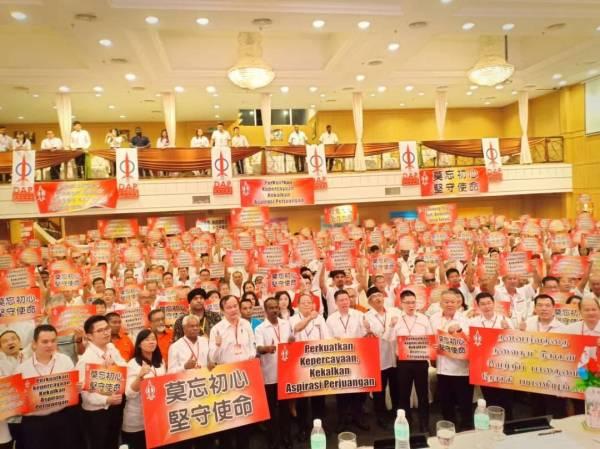Kor Ming dan Kit Siang bersama-sama pemimpin DAP Perak dan perwakilan yang hadir pada Konvensyen DAP Perak hari ini.