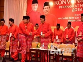 Mohamad bersalaman dengan Ahmad Zahid sebaik tiba pada Konvensyen UMNO Peringkat Negeri Sembilan di Klana Resort, Seremban hari ini.