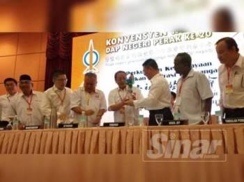 Kor Ming menyampaikan cenderahati kepada Kit Siang yang hadir merasmikan Konvensyen DAP Perak di Hotel Ritz Garden di sini hari ini.