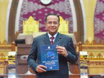 Ahmad Samsuri bersama buku Belanjawan Terengganu 2020 sebelum membentangkannya di Wisma Darul Iman hari ini. - Foto Urus setia Penerangan Darul Iman