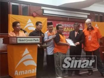 Mohamad (dua dari kanan) menyampaikan watikah pelantikan pada Konvensyen Amanah Pahang kali ke-4 di Temerloh hari ini.