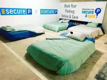 Beddown menjadikan ruangan tempat letak kereta sebagai tempat tidur yang selamat bagi gelandangan pada waktu malam.