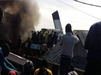 Orang ramai berkumpul di lokasi nahas pesawat itu terhempas di kawasan kejiranan Mapendo di bandar Goma.