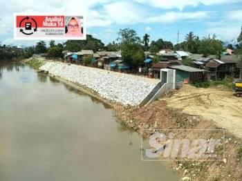Pembinaan benteng di sebelah negara Thailand sedang rancak dilakukan dalam usaha menghalang limpahan air Sungai Golok.