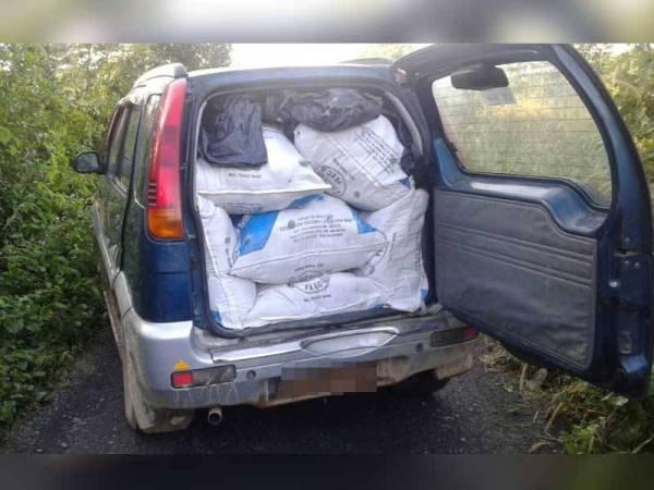 Daun ketum yang berjaya dirampas, dianggarkan seberat 560 kilogram bernilai RM84,000 disumbat dalam Perodua Kembara.