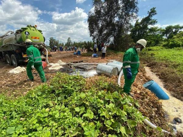 Kerja-kerja pemulihan sedang giat dilakukan di lokasi kejadian. - Foto  UPBN Selangor