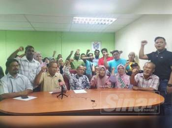 Albakri (depan, tiga dari kiri) bersama Jefri (depan, dua dari kiri) bersama sebahagian ahli yang hadir pada sidang akhbar di Pejabat Persatuan Penggerak Muafakat Pahang di sini malam tadi.