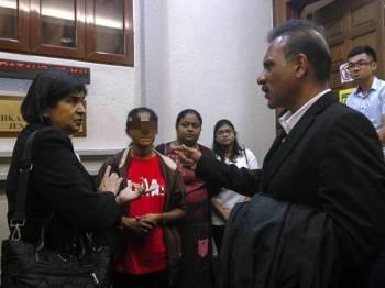 Peguam Ram Karpal Singh (kanan) bersama bekas Pengerusi Bersih 2.0, Datuk Ambiga Sreenevasan (kiri) dan isteri kepada ADUN Gadek ketika hadir di Mahkamah Tinggi Jenayah 3, Kompleks Mahkamah Kuala Lumpur hari ini.- Foto Bernama