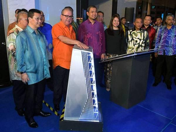 Sultan Ibrahim berkenan meletakkan tangan di petak khas sebagai simbolik merasmikan Menara Jland malam ini. - Foto Bernama
