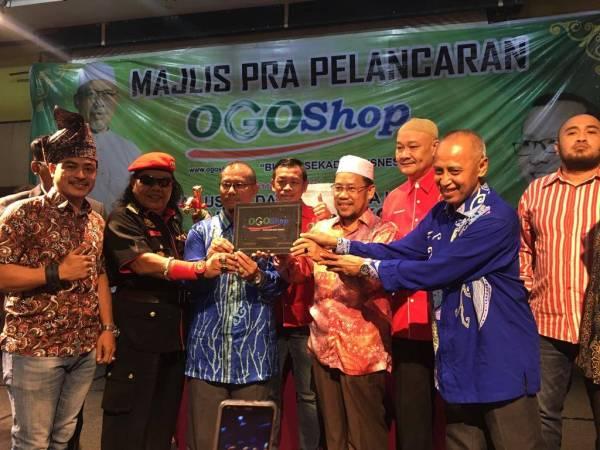 Datuk Che Abdullah Mat Nawi (empat dari kanan) memegang plak khas ketika melakukan perasmian Majlis Pra-Pelancaran OGOShop di sini.