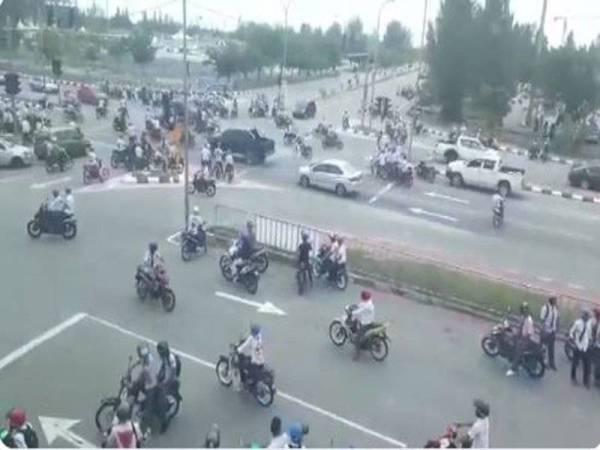 Sekumpulan pelajar sekolah yang tamat peperiksaan Sijil Pelajaran Malaysia (SPM), semalam 'berpesta' di jalan raya dengan aksi yang membahayakan diri sendiri dan orang lain apabila menunggang motosikal secara melulu di beberapa kawasan tumpuan pelancong di Melaka.