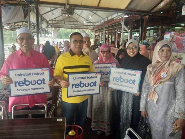 DARI kiri, Ustaz Mohd Noor dan Sallehuddin serta tetamu memberi sokongan Kempen Reboot Malaysia & Global Harmony.