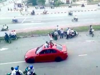 Sekumpulan remaja yang masih berpakaian sekolah dikatakan mengganggu dan membahayakan pengguna jalan raya di sekitar Klebang semalam.