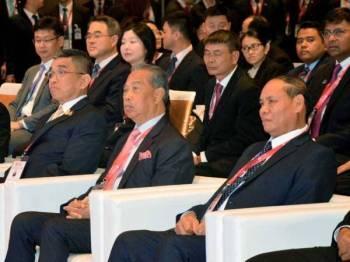 Muhyiddin (dua dari kanan) bersama rakan-rakan sejawatannya ketika menghadiri majlis perasmian MMTC Ke-13 dan mesyuarat berkaitan hari ini. - Foto Bernama