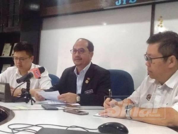 Tengku Zulpuri Shah (tengah) bersama Yu Hui (kiri) pada sidang media di pejabat JPS Raub di sini hari ini.