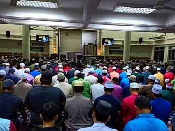 Jemaah memenuhi masjid pada waktu solat Subuh setiap hari.