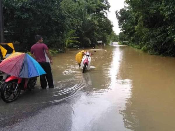 Keadaan jalan yang dinaiki air di Kampung Hulu Seladang, Setiu. - Foto Ihsan APM