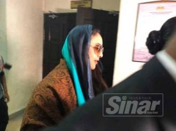 Samirah keluar dari Mahkamah Tinggi Shah Alam selepas perbicaraan selesai hari ini.