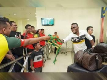 Kipre (kanan) disambut penyokong Kedah sejurus beliau tiba di balai ketibaan Lapangan Terbang Sultan Abdul Halim pagi tadi. -Foto Kedah FA