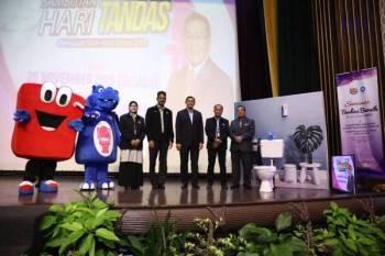 Harris (kanan) ketika merasmikan Seminar Tandas Bersih sempena sambutan Hari Tandas Peringkat Bandar Raya Shah Alam 2019 bertempat di Hotel Grand Bluewave, Seksyen 14 Shah Alam baru-baru ini.