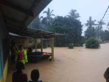 Hujan yang berlarutan sejak Rabu lalu menyebabkan enam kawasan di daerah ini mula ditenggelami air.