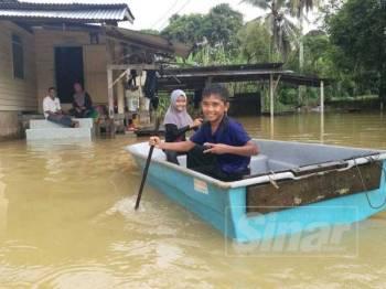 Keadaan rumah dinaiki air di Kampung Pengkalan Ajal, Hulu Terengganu.