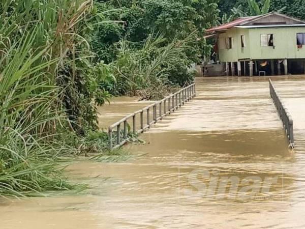 Jabatan Meteorologi mengeluarkan notis amaran cuaca bahaya peringkat merah dengan hujan sangat lebat dijangka berterusan sehingga esok di beberapa kawasan di Kelantan.