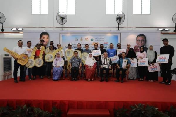 Haniza (tiga dari kiri) bergambar bersama penerima pada Majlis Penyerahan Kunci Rumah Selangorku dan penyerahan Surat Tawaran kepada penyewa Skim Smart Sewa di Pangsapuri Seri Utama di Taman Puchong Utama di sini hari ini.