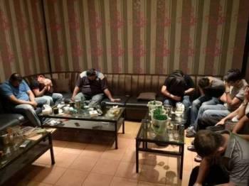 Antara pengunjung yang diperiksa dalam Op Club Rats 2.0 malam tadi.