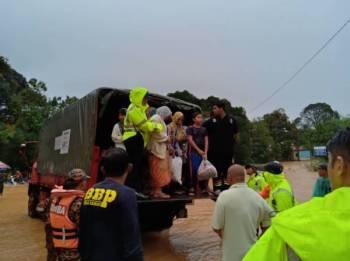 Situasi banjir di PPS Lubuk Periuk, Hulu Terengganu.