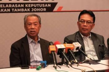 Muhyiddin (kiri) pada sidang akhbar Mesyuarat Jawatankuasa Penyelarasan Keputusan Bagi Menangani Kesesakan di Tambak Johor Bilangan 1 Tahun 2019.
