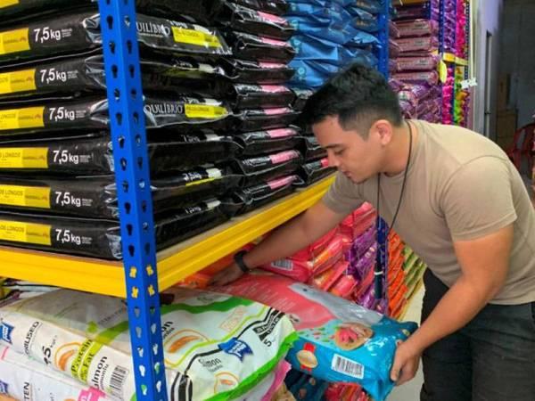 Pelbagai jenis makanan kucing dijual di kedai Khairul bagi memastikan keperluan pelanggannya terjaga.