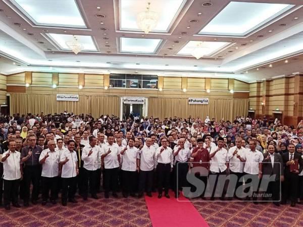 Wan Rosdy (tengah) bersama barisan exco kerajaan negeri dan penjawat awam pada Perhimpunan Bersama Penjawat Awam Pahang di Dewan Jubli Perak Sultan Hj Ahmad Shah, Jalan Teluk Sisek, hari ini.